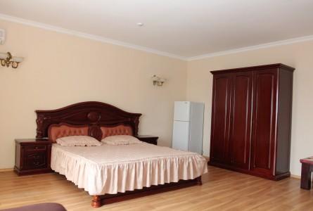 Номера стандарт с коричневой деревянной мебелью